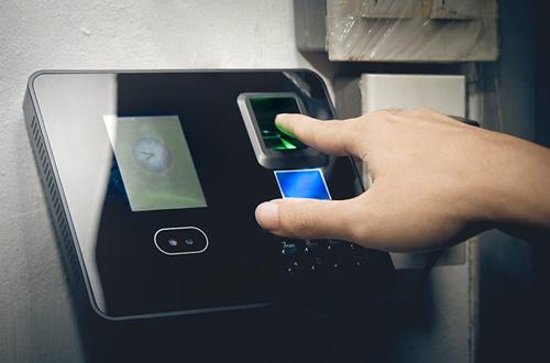 pessoa botando o dedo para efetuar sua digital