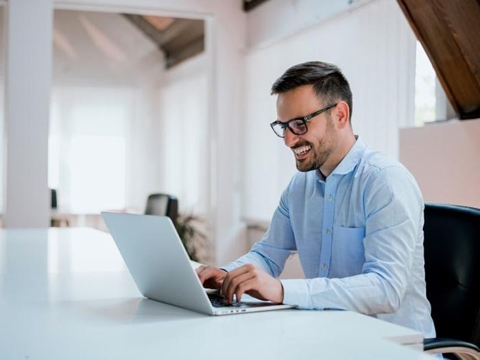 homem trabalhando com seu notebook simbolizando escala de trabalho 24x48