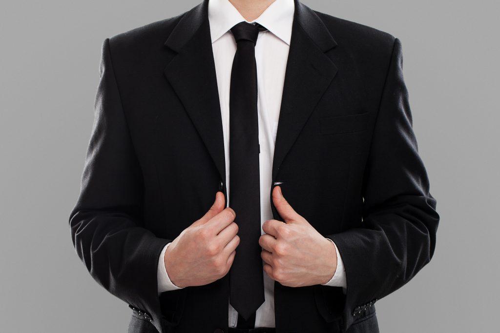 Homem bem vestido simbolizando a vestimenta adequada para o home office.