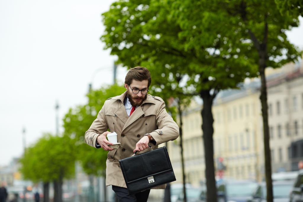 homem atrasado representando o deslocamento para o trabalho durante a jornada de trabalho.