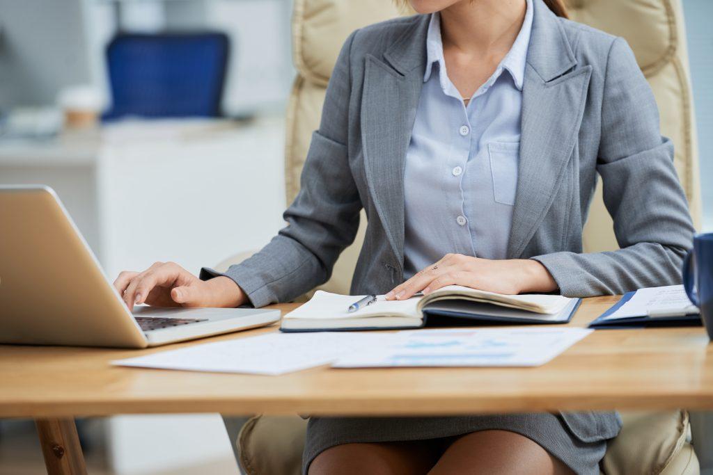 mulher trabalhando, representando a jornada de trabalho.